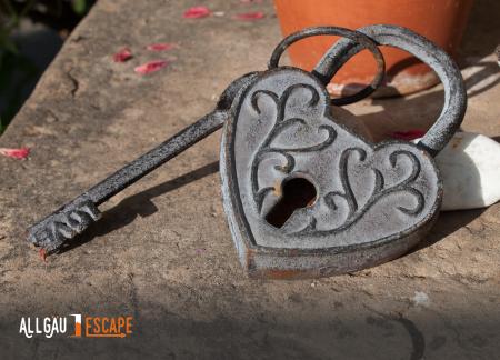 herzförmiges Schloss mit Schlüssel als Geschenkgutschein